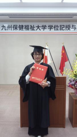 九州保健福祉大学卒業式での記念写真.